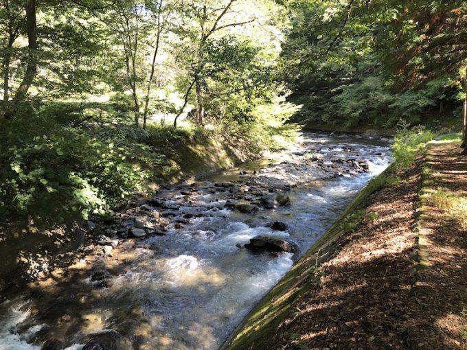 万治の石仏近くの川